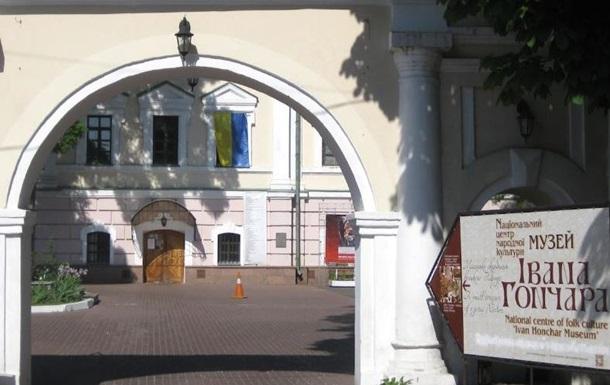 Співробітники ДБР приїхали на виставку картин Порошенка