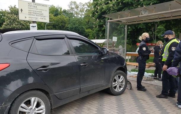 В Киеве авто на скорости врезалось в остановку