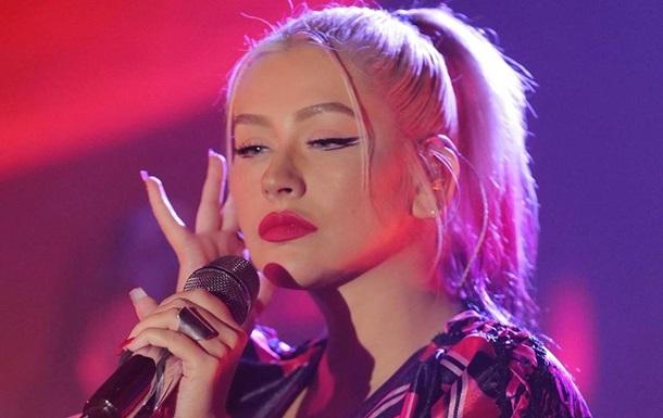 Певица Кристина Агилера снялась в халате на голое тело