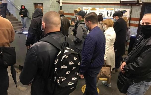 У метро Києва збільшилася кількість пасажирів, дороги скуті заторами
