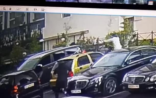 Момент замаху на чоловіка в Києві потрапив на відео