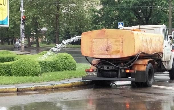 Во время дождя в Киеве поливали клумбы