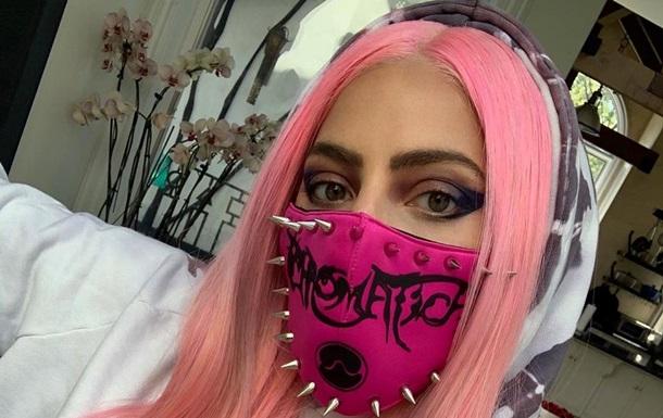 Леди Гага в шипастой маске снялась за рулем грузовика