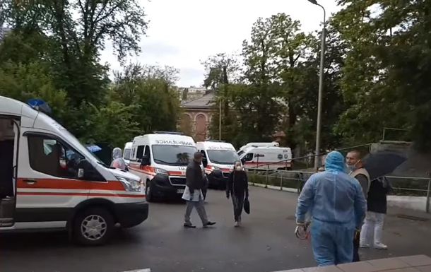 Возле Александровской больницы скопились  скорые