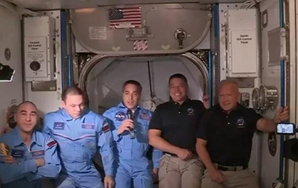Командир экипажа Crew Dragon ударился лбом при переходе на МКС