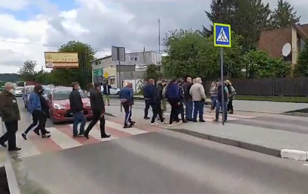 В пригороде Львова протестующие перекрыли дорогу