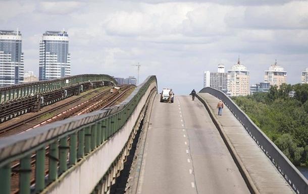 Для мінера моста в Києві викликали психдопомогу