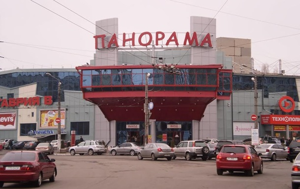 В Одессе на парковке под колеса авто попали три человека