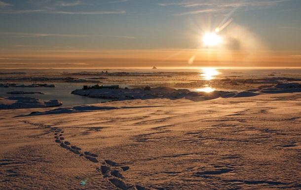 Українські полярники показали яскраві фото айсберга