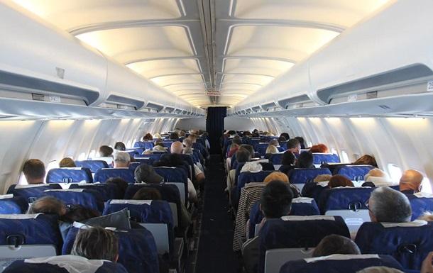 Пасажирка під час польоту повністю загорнулася в поліетилен