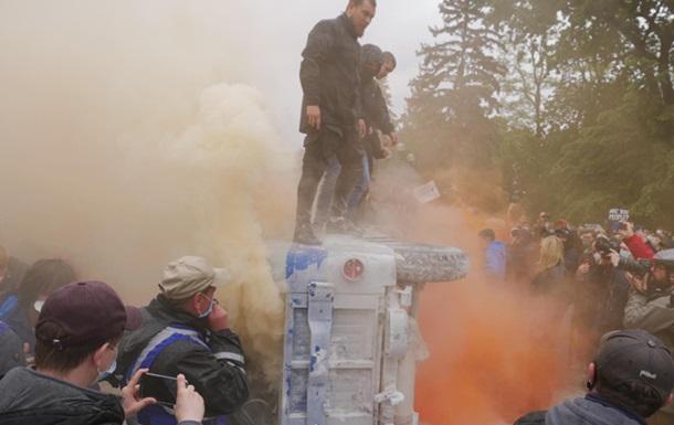Мітингарі біля Ради перевернули  бобик поліції