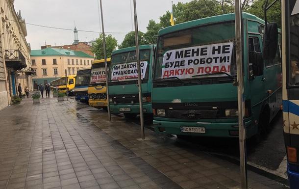 Маршрутчики устроили антикарантинный протест во Львове