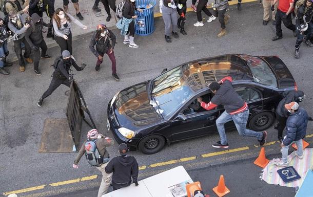 Протесты в США: в толпу въехало авто, водитель открыл стрельбу