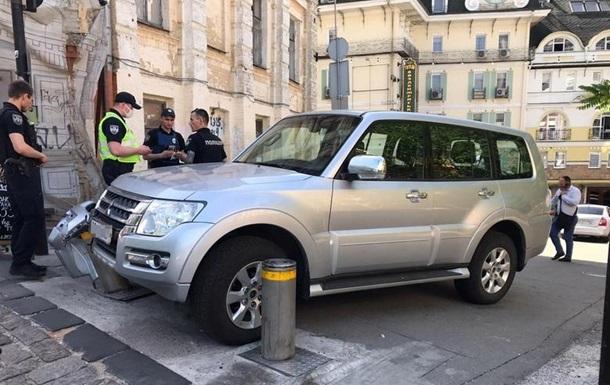 У Києві у посла викрали позашляховик