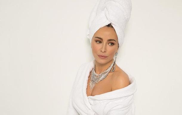 Ани Лорак снялась в халате без белья: фото