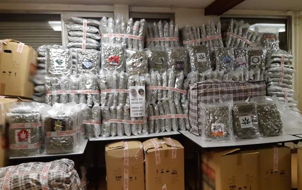 Во Франции водитель грузовика спрятал полтонны марихуаны в арбузах