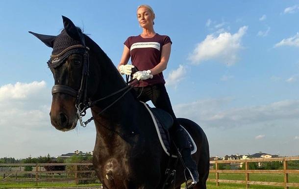Волочкова сіла на шпагат верхи на коні