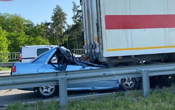 Под Борисполем авто влетело в фуру, двое погибших