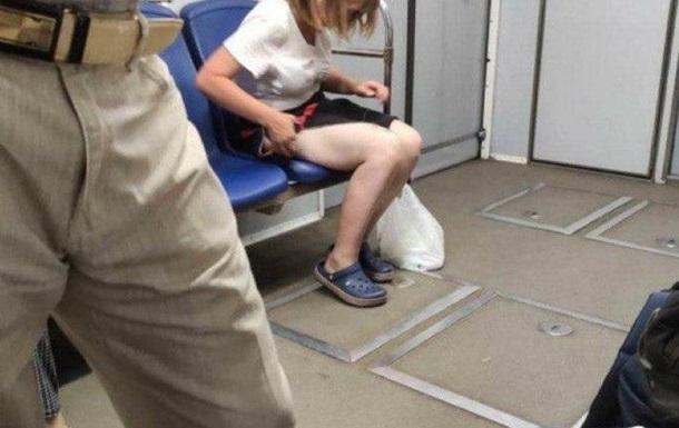 У метро Києва жінка зняла труси