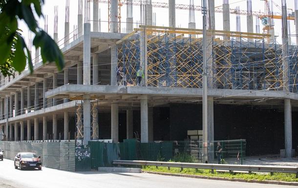 В Киеве демонтируют опору ТРЦ с проезжей части