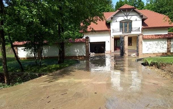 На фото показали затопленное село на Закарпатье