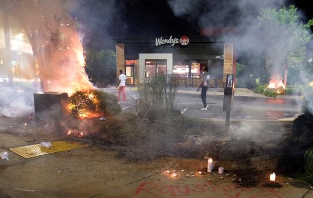 В Атланте протестующие подожгли ресторан