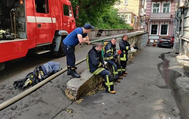 В Киеве мужчина мешал пожарным спасти себя и выбросился из окна. 18+
