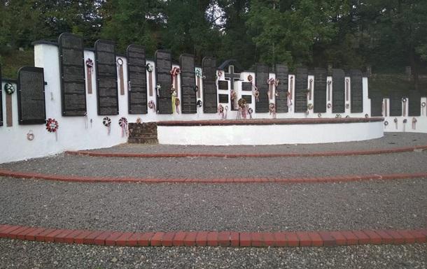 В полиции озвучили версию, кто мог повредить мемориал в Сваляве