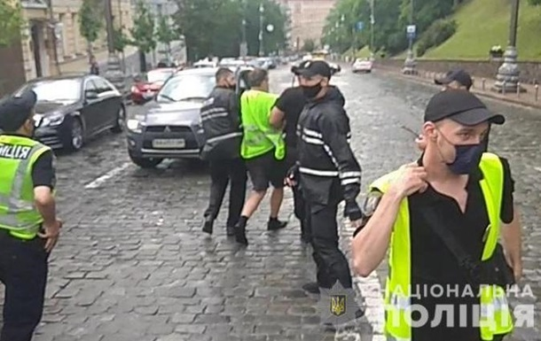 Под Кабмином протестующие травмировали двух полицейских