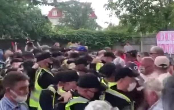 На Русанівських садах у Києві відбулися сутички протестувальників з поліцією