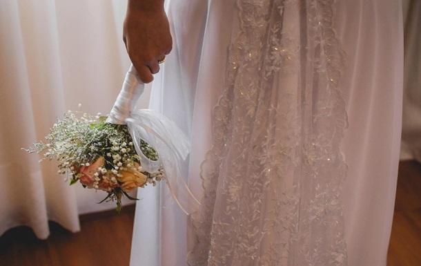 Усыновившая юношу женщина вышла за него замуж: фото