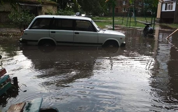 Ливни превращают улицы украинских городов в реки