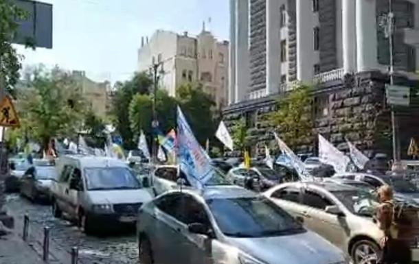 Інвестори банку Аркада мітингують біля Кабміну