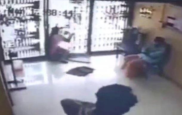 Женщина ударилась в стеклянную дверь и погибла