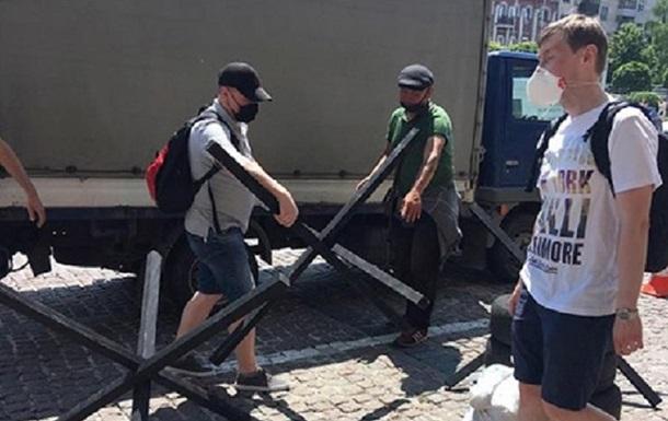Під Печерським судом встановили барикади