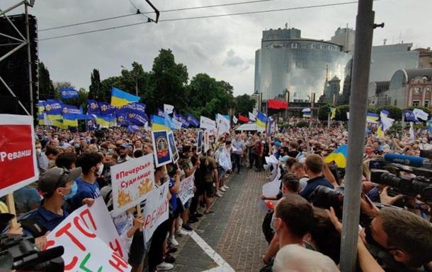 Около тысячи активистов пришли под Печерский райсуд ради Порошенко