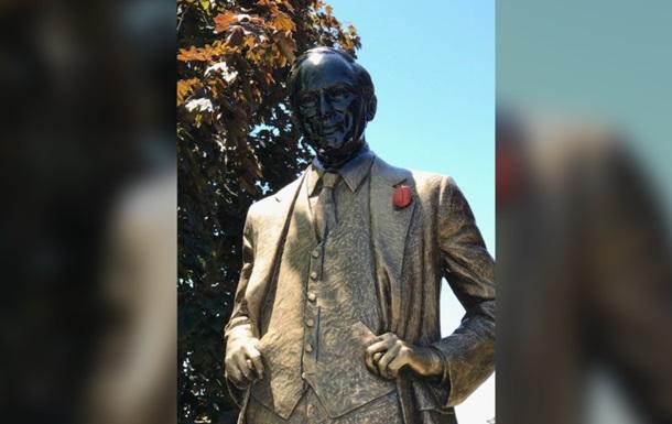 В Канаде осквернили памятник бывшему премьеру страны Трюдо-старшему
