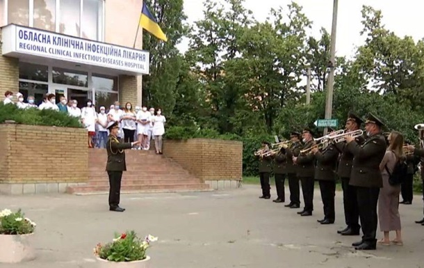В Харькове оркестр Нацгвардии играл для медиков
