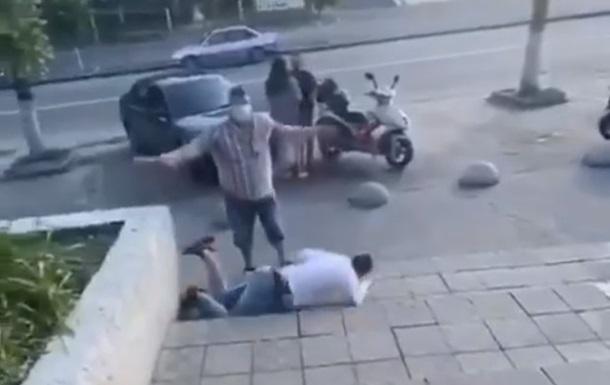 Колбаса вместо оружия: на видео попала курьезная драка