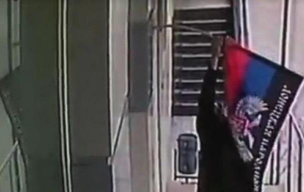 Подростки в Макеевке средь бела дня сорвали ДНРовские тряпки