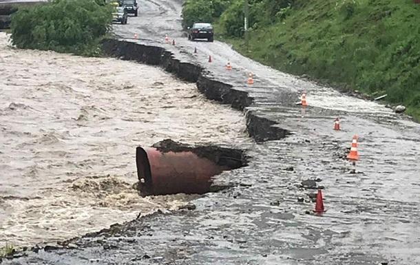 В Украине непогода вызвала наводнения и оползни