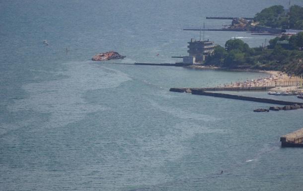 Із затонулого танкера в Одесі продовжує витікати паливо
