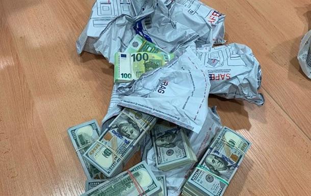 В українця конфіскували € 500 тис. і $ 240 тис., які він віз через кордон