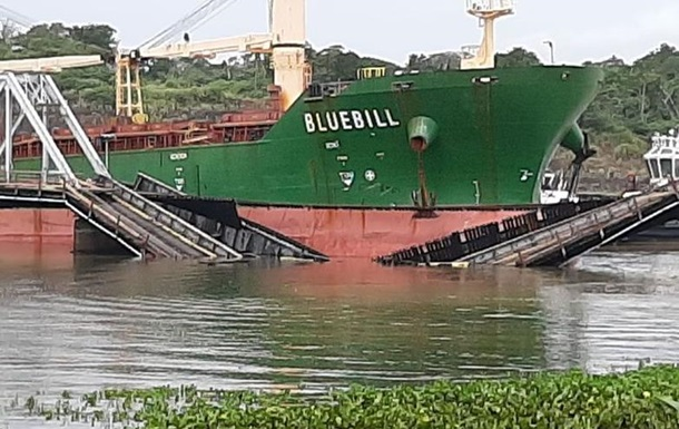 В Панаме танкер протаранил железнодорожный мост