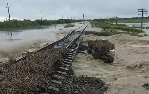 На Прикарпатье повреждена железная дорога из-за паводка