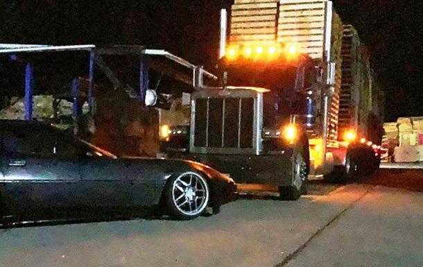 Дрифтер-любитель проехал на Chevrolet Corvette под грузовиком