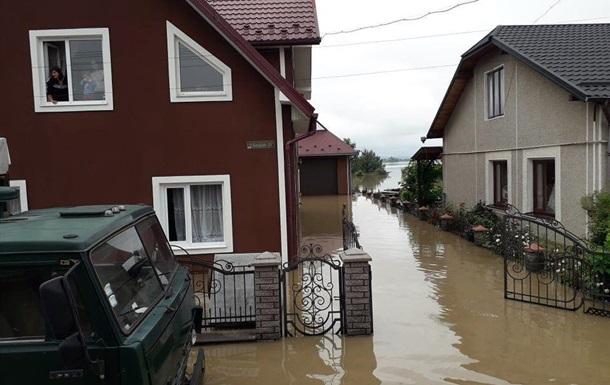 Життя підтопленого міста на Прикарпатті показали на відео