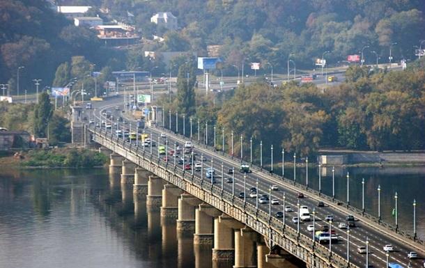 У Києві на мосту Патона на відео зняли  водоспад