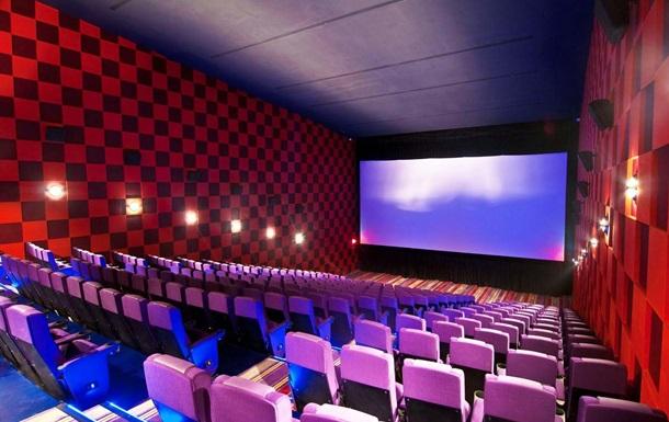 Кинотеатрам разрешили работать в половину мест