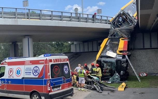 В Варшаве автобус упал с моста, есть жертвы